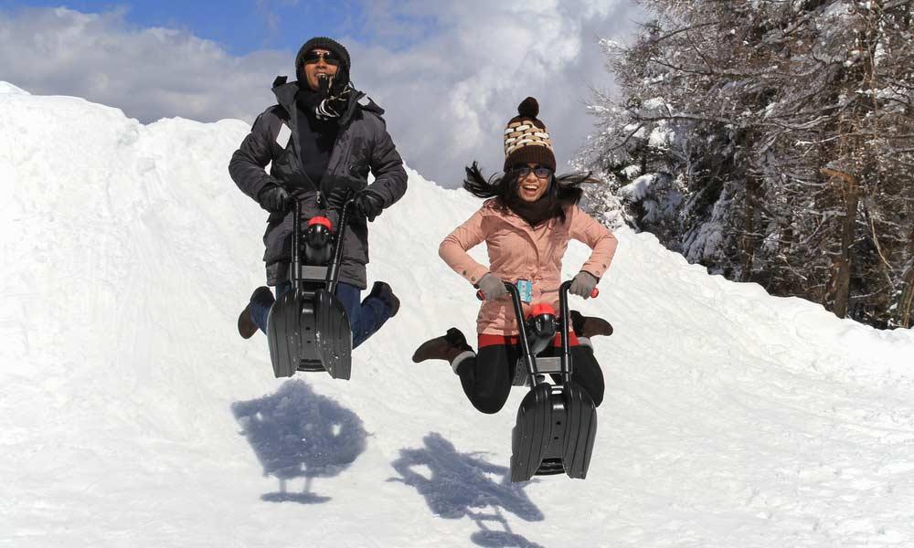 Zwei Snowbikefahrer auf der Piste