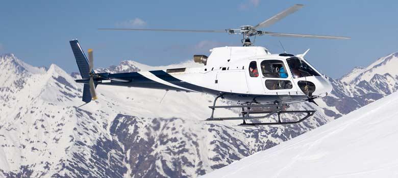 Helikopter dicht über der Piste