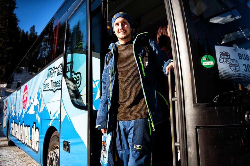 Mann in der tür eines Busses