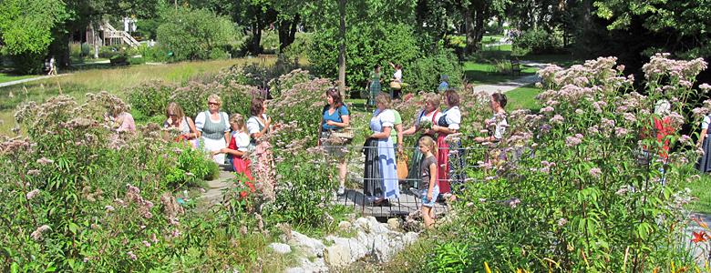Menschn im Kräuter-Erlebnis-Park in Bad Heilbrunn
