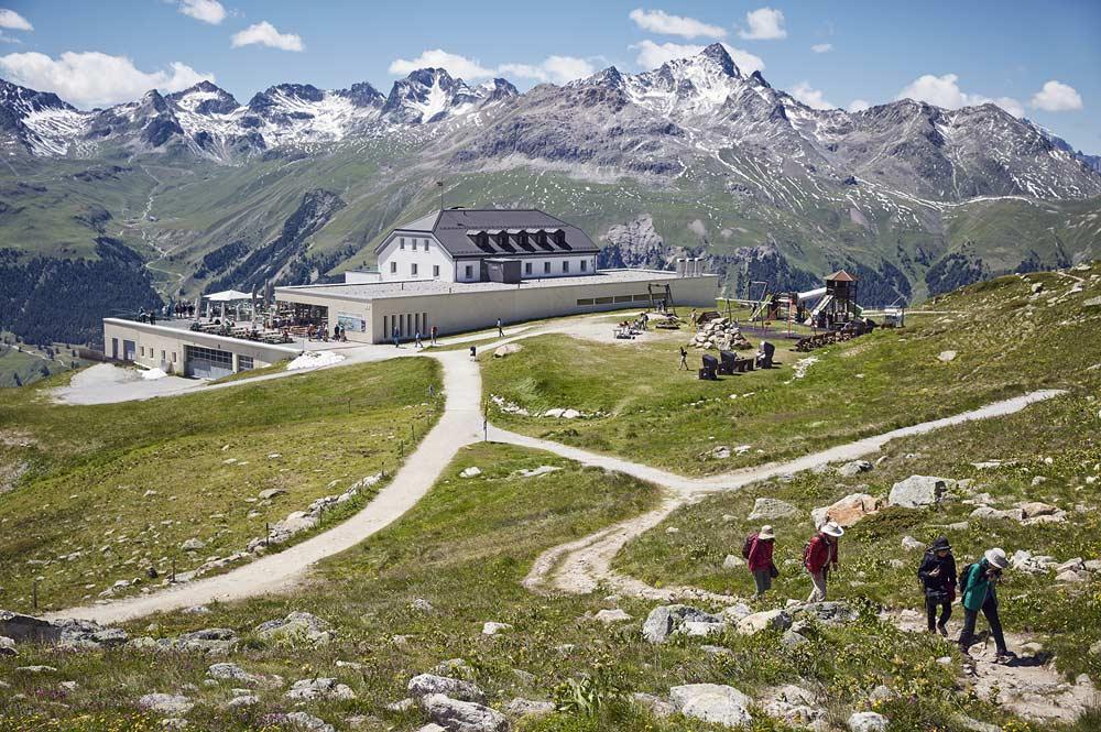 Romantik Hotel Muottas Muragl mit Wanderern