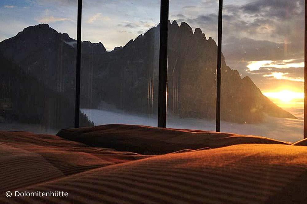 Blick in den Sonnenuntergang durch die Glasfront im Adlerhorst-Zimmer