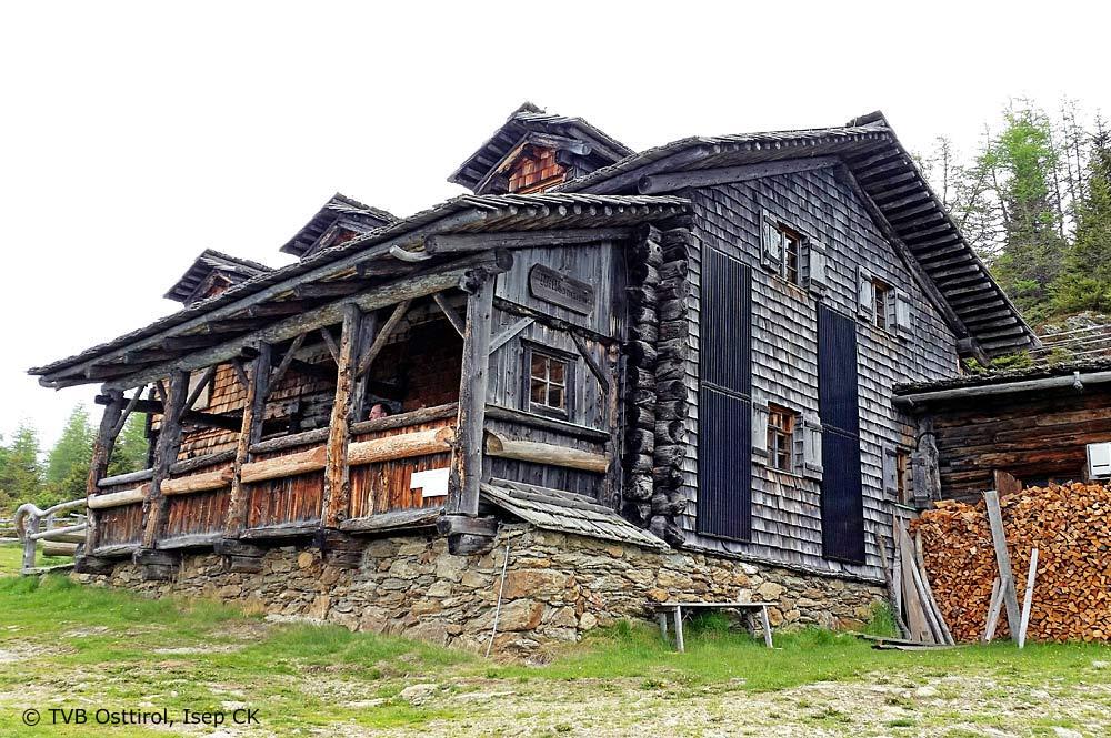 Blick auf das Anna Schutzhaus in den Lienzer Dolomiten