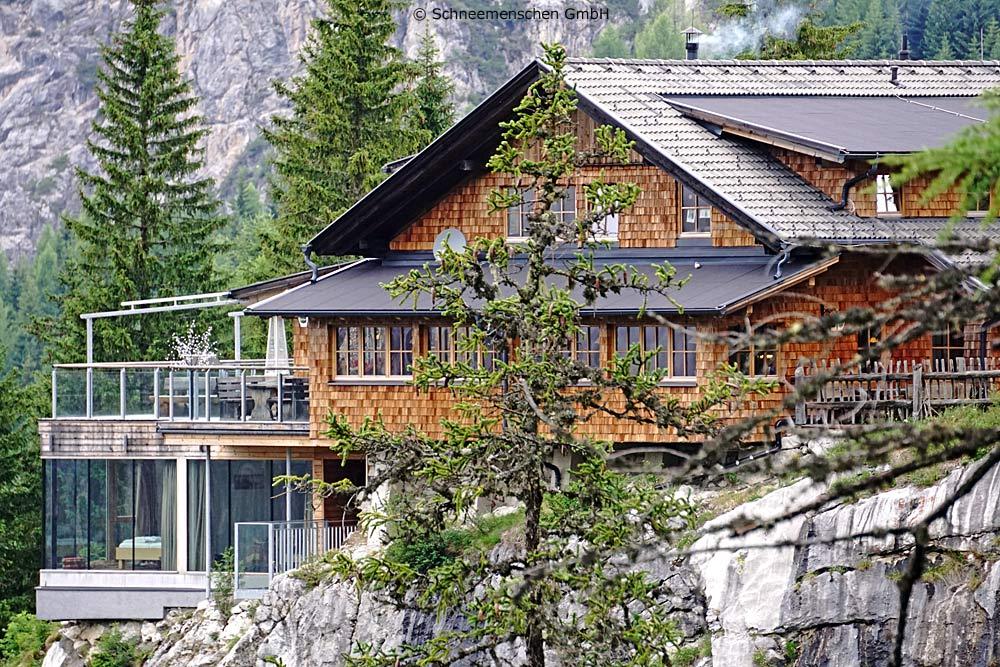Die Dolomitenhütte ist direkt auf einem Felsvorsprung gebaut