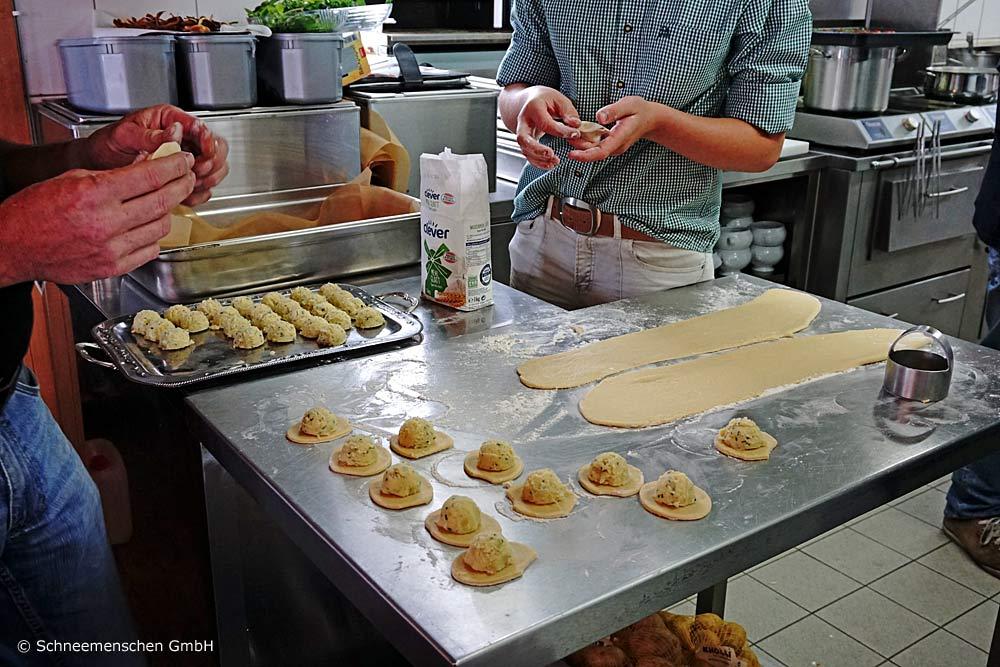 Die Osttiroler Schlipfkrapfen werden von Hand gemacht in der Hochsteinhütte