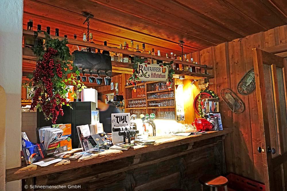 Theke mit Radfahrer-Hilfstation in der Dolomitenhütte