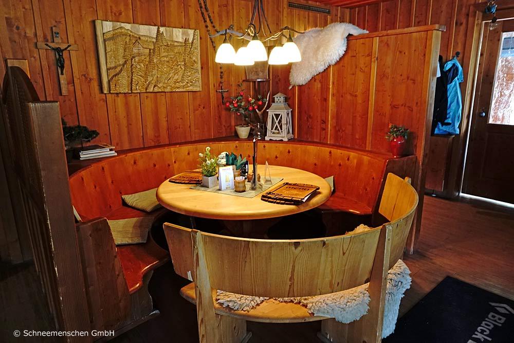 Runder gemütlicher Holztisch in der Dolomitenhütte