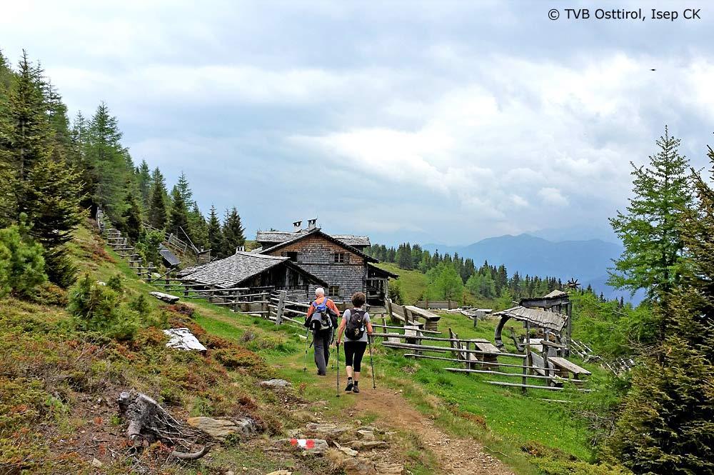 Wanderer auf dem Weg zum Anna Schutzhaus in den Lienzer Dolomiten