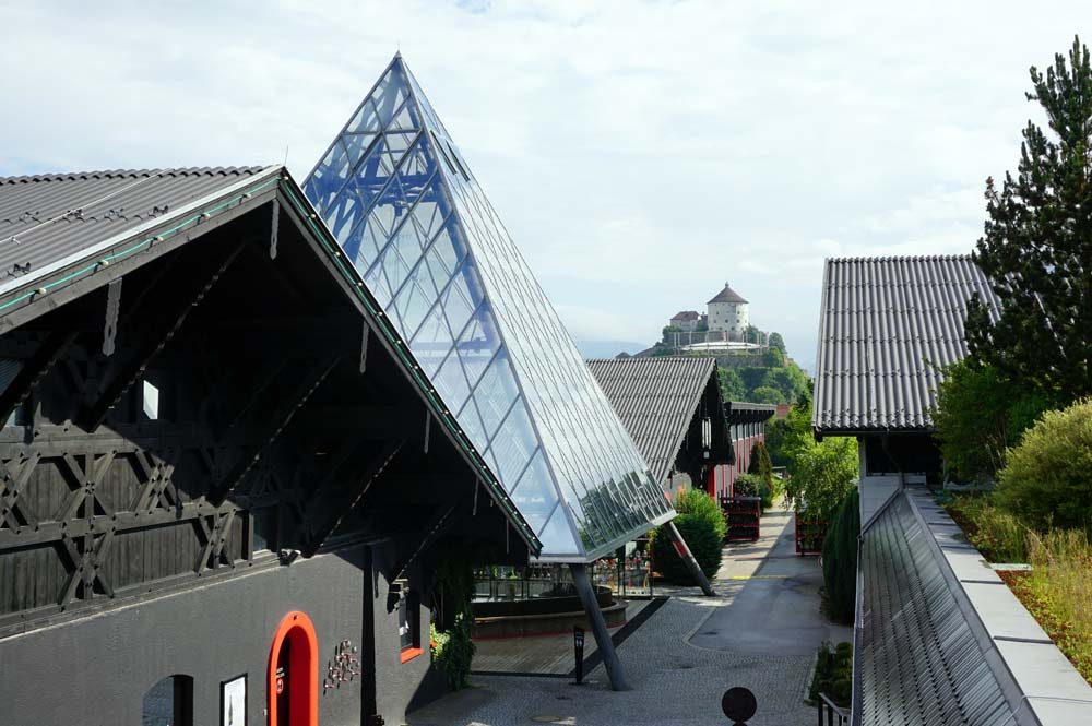 Aussicht von der Dachterrasse auf die Familienglaspyramide und die Festung Kufstein