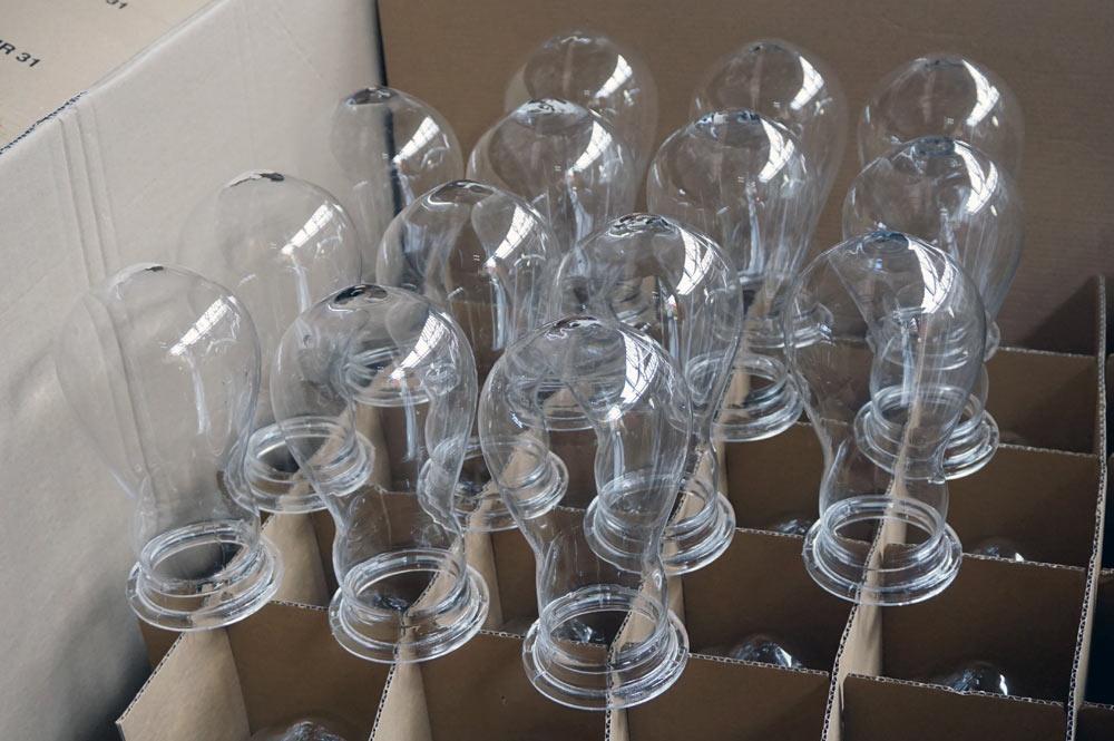 Die fertigen Glasformen mit Rand