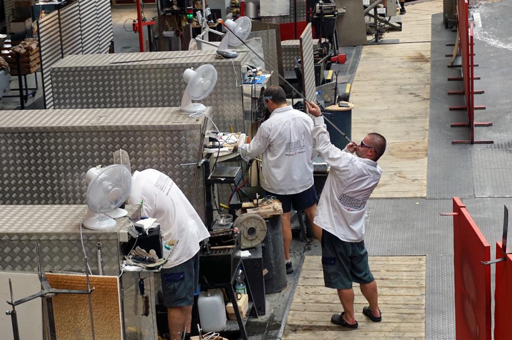 Anblasen des Weinglasstiels in der Produktionshalle