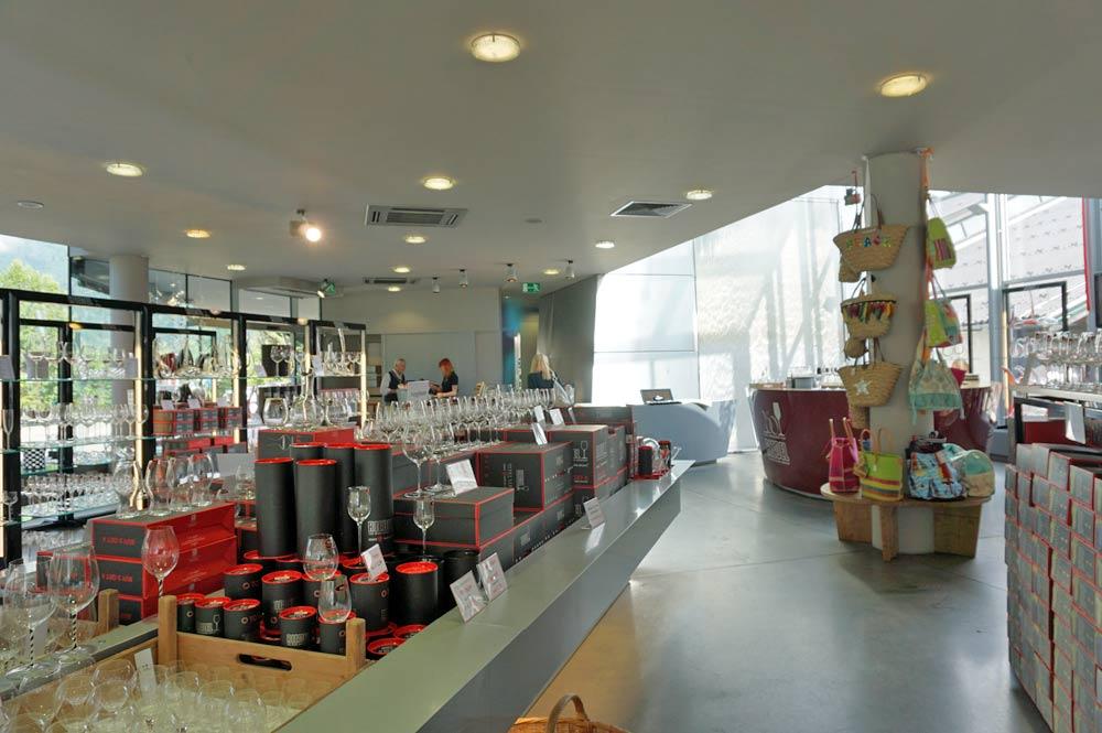 Blick auf die Weingläser und Dekanter im Riedel-Shop