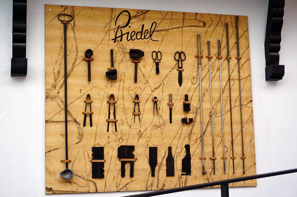 Die Herstellungswerkzeuge im Ausstellungsraum der Glasmanufaktur Riedel