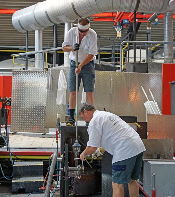 Zwei Arbeiter beim Ziehen der Weingläser