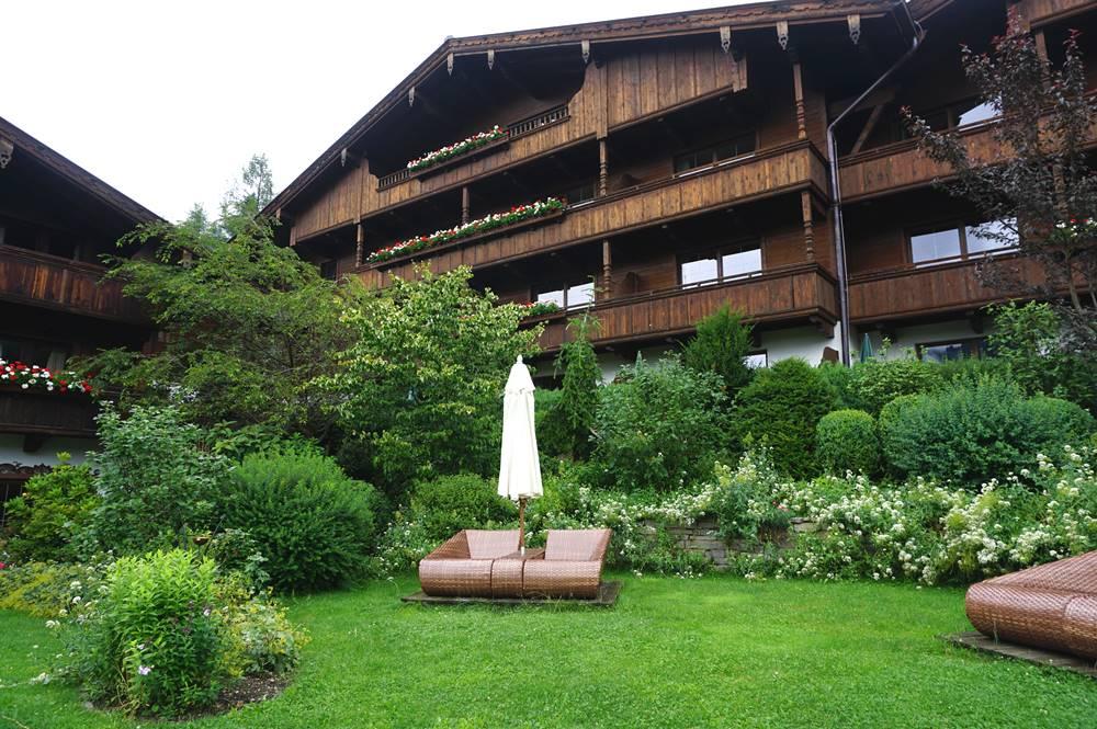 Garten mit Sonnenliegen im Böglerhof in Alpbach
