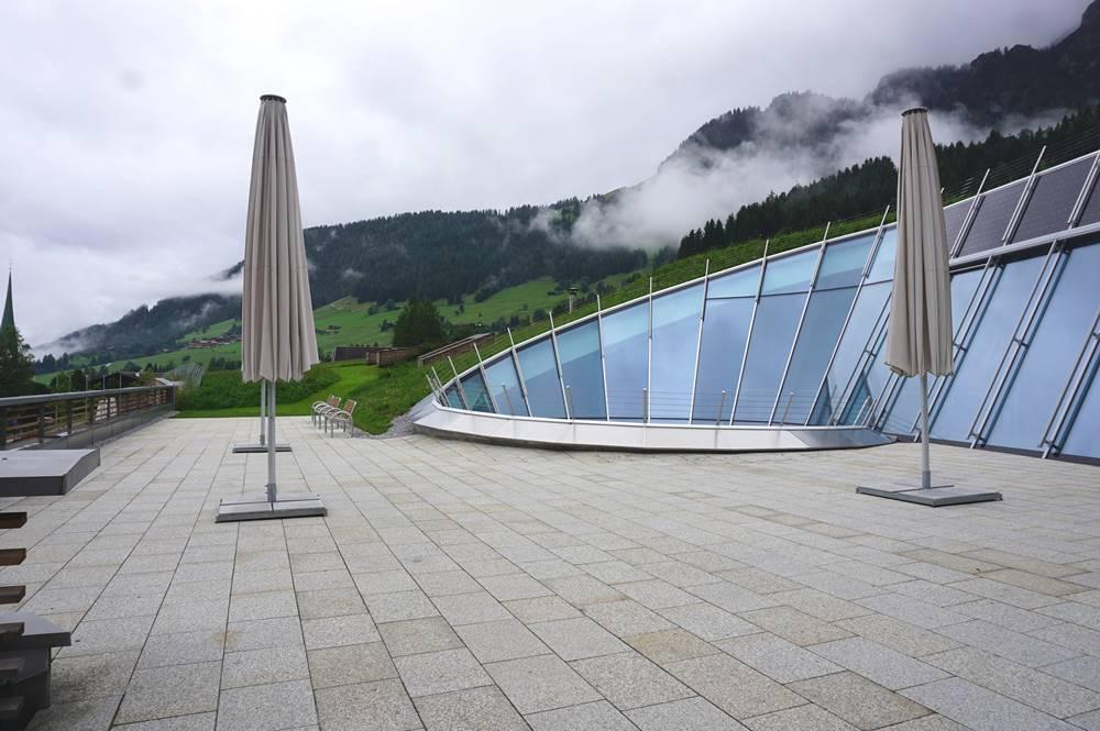 Dachterrasse Congress Centrum Alpbach und Blick auf die Skipiste