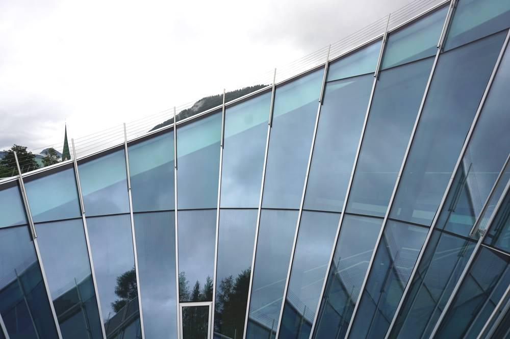 Blick auf den Glaskegel, der in den Innenbereich des Congress Cenrums Alpbach führt
