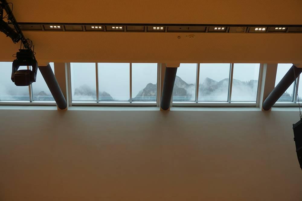 Oberlicht in einem Plenarsaal des Congress Centrums Alpbach mit Blick auf die Bergskyline von Alpbach