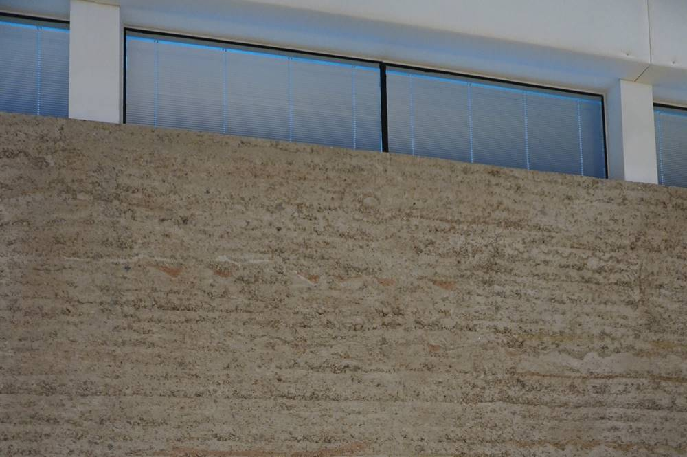 Lehmwand im Plenarsaal des Congress Centrums Alpbach