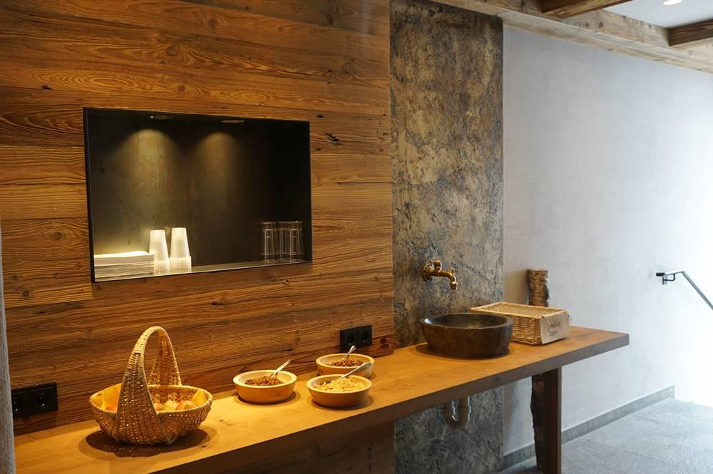 Eingang zum Wellnessbereich mit Snackbar im Erbhof Roßmoos