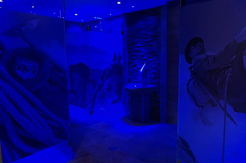 Wellnessdusche im Saunabereich Erbhof Roßmoos