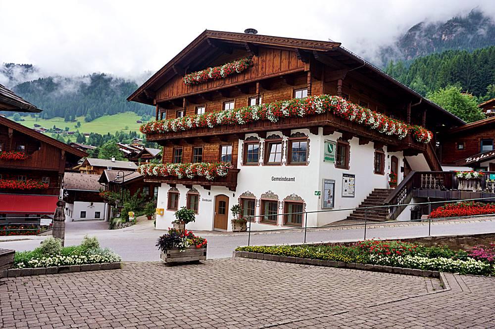 Blick vom Vorhof der Dorfkirche auf das Gemeindehaus von Alpbach
