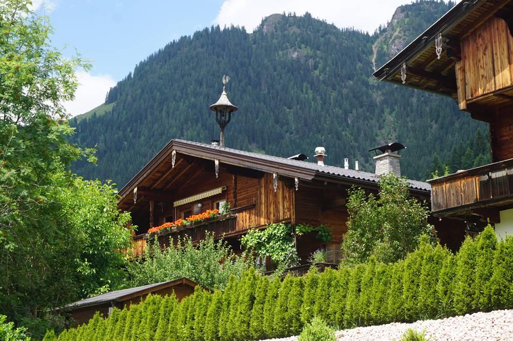 Blick auf ein wunderschönes Holzhaus in Alpbach