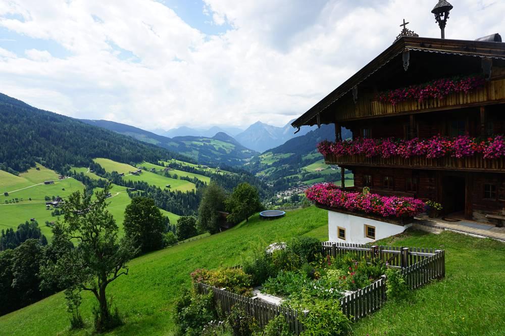Alpbacher Holzhaus mit Blick auf das Inntal