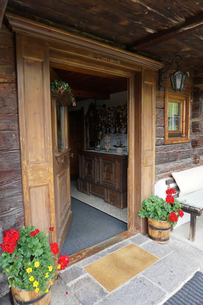 Eingangstür mit alter, handbemalter Holztruhe vom Wurmhof