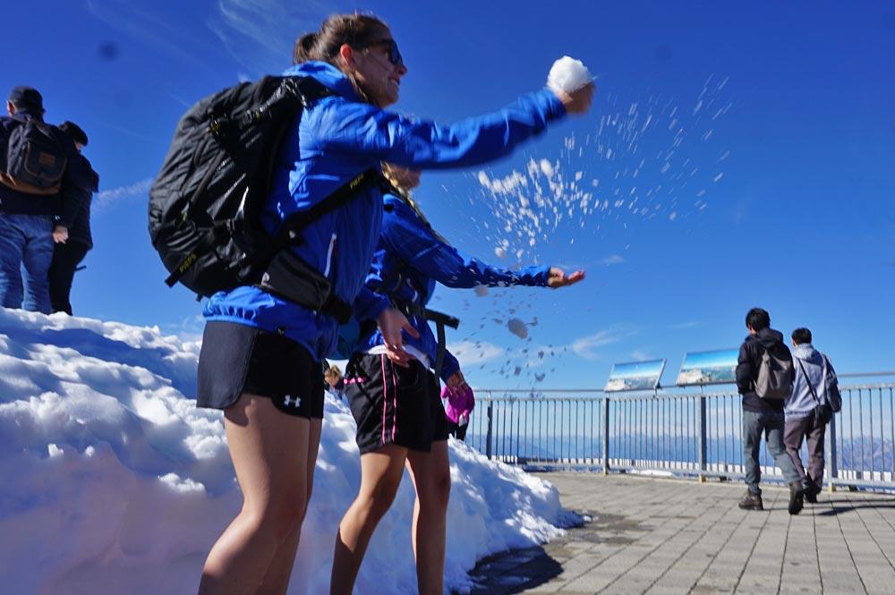 Schnee auf der Aussichtsplattform der Zugspitze