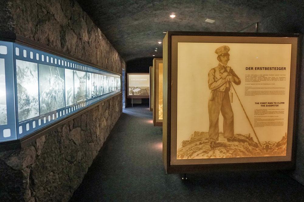 Blick auf die Schautafeln im Erlebnismuseum der Zugspitze