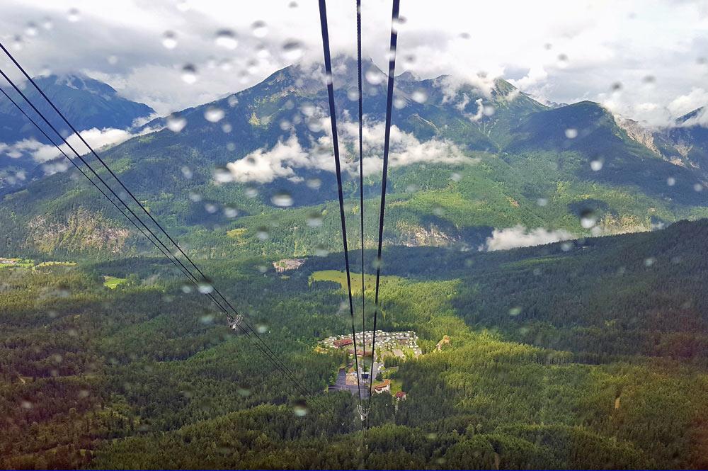 Blick ins Tal während der Gondelfahrt auf die Zugspitze