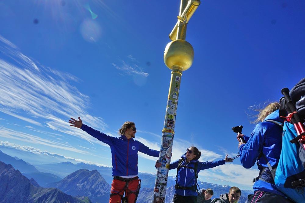 Am Gipfelkreuz der Zugspitze