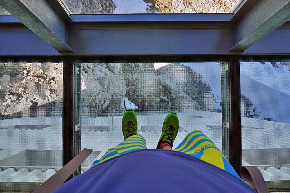 Blick in die Tiefe, vom Glasboden der Aussichtsplattform