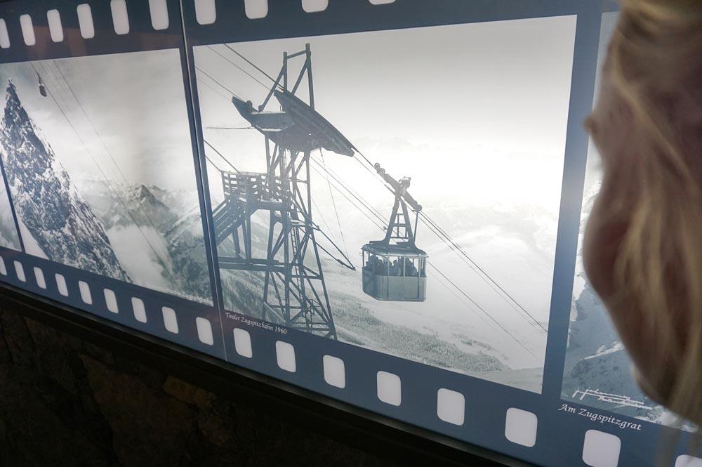 Bildtafeln im Erlebnismuseum Zugspitze, auf denen die Gipfelbahn von 1964 abgebildet ist