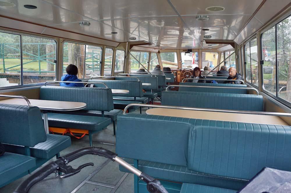 Blick auf die Sitzplätze im Schiff