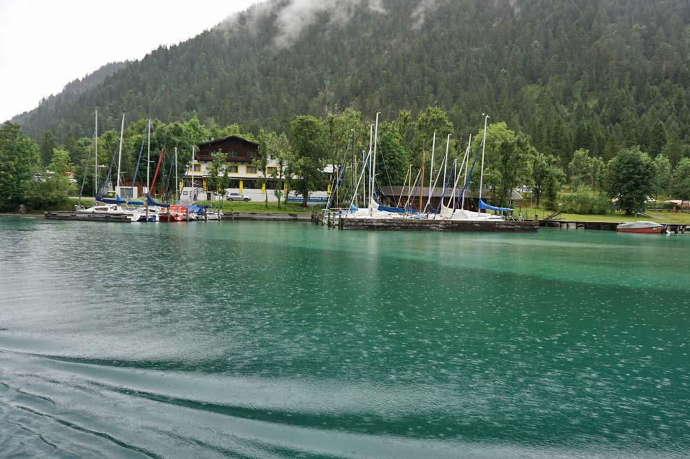 Ausblick vom Schiff auf die Uferseite, an der sich die Anlegestelle Seespitze befindet