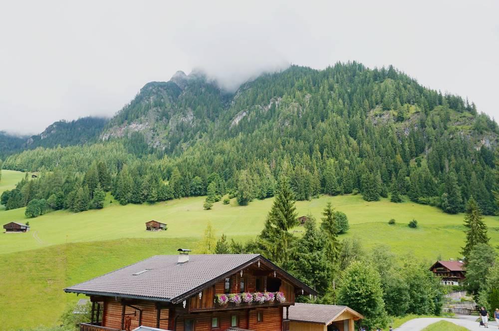 Der Heimatweg in Alpbach geht unterhalb der Berge über Wiesen und Felder