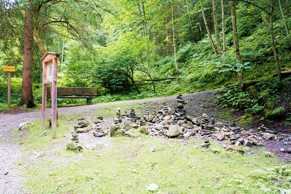 Stoanmandln der Hauptschule Alpbach am Weg der Besinnung, Mühlbachweg
