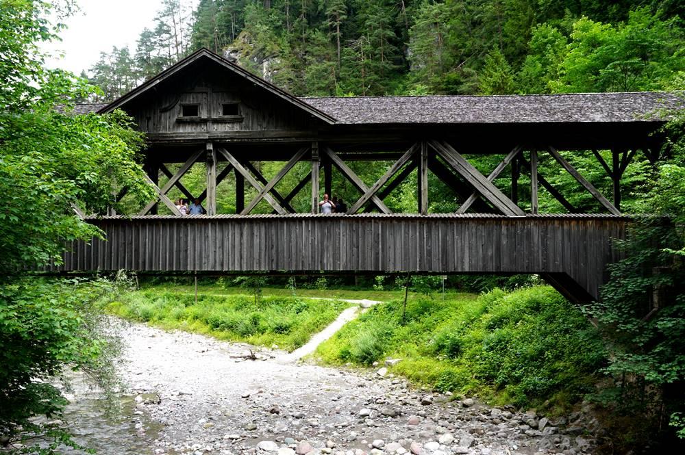 Holzbrücke im Fachwerkstil am Eingang der Kundler Klamm