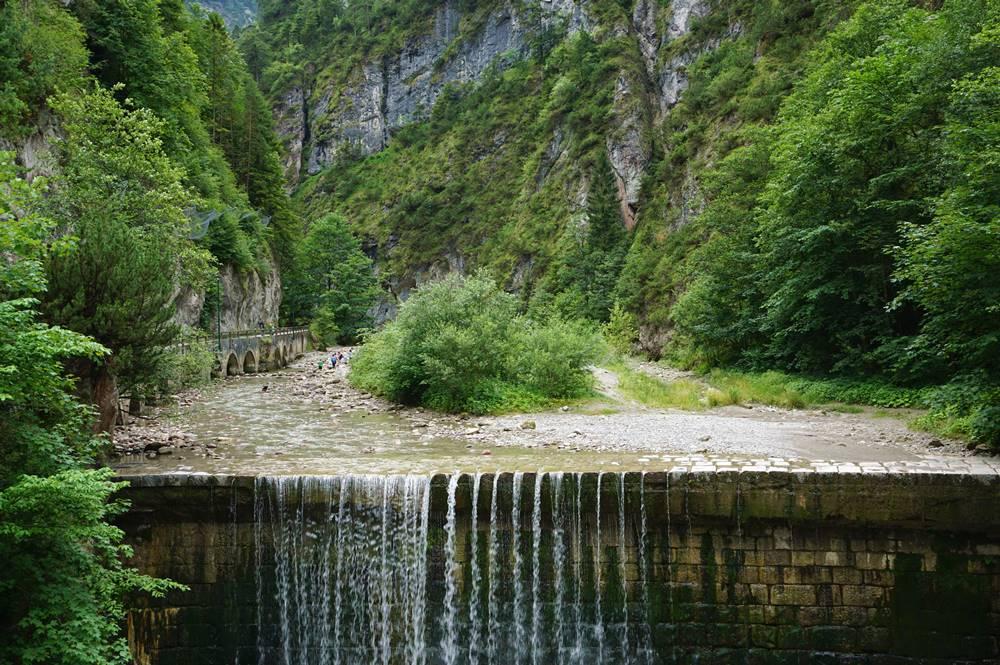 Kundler Klamm mit Wanderern, die Steine suchen