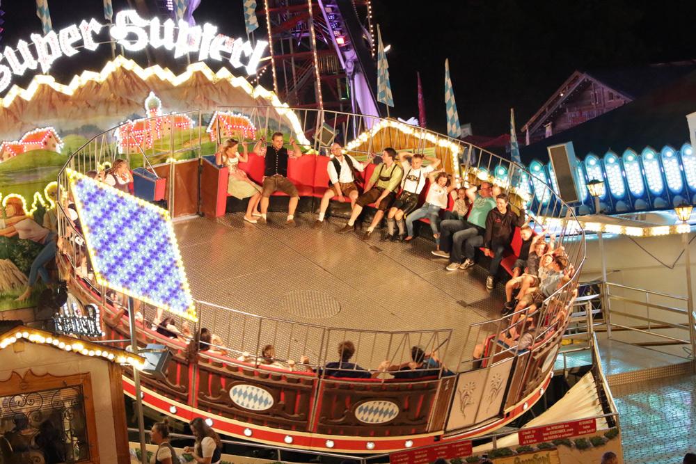 Besucher in einem Fahrgeschäft auf dem Rosenheimer Herbstfest