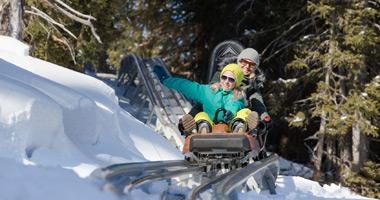 Mutter und Kind auf dem Familien Coaster Schneisenfeger