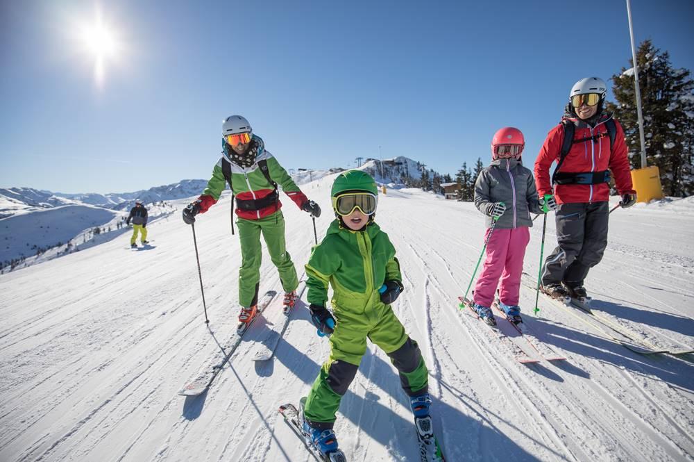 Familie beim Skifahren im Ski Juwel Alpbachtal Wildschönau