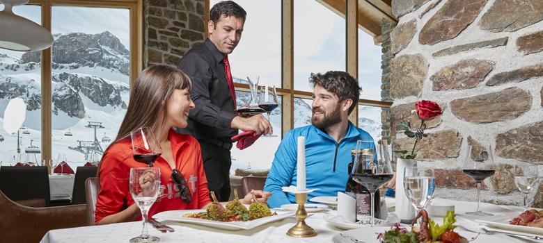Paar beim Essen in Ischgl