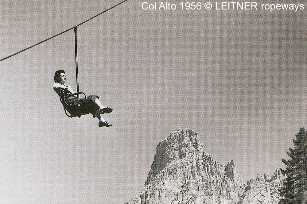 Frau in einem Sessellift am Col Alto im Jahr 1956