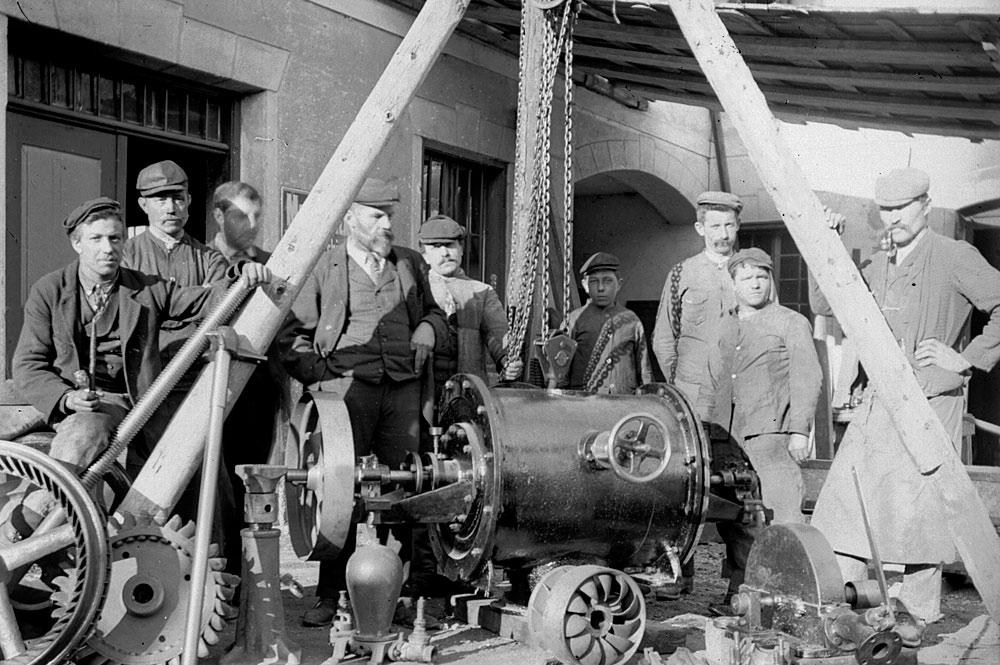 Arbeiter beim Bau einer historischen Seilbahn