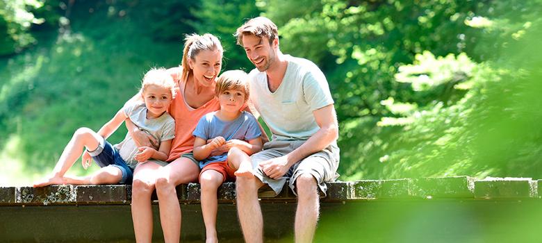 Familie auf einem Steg