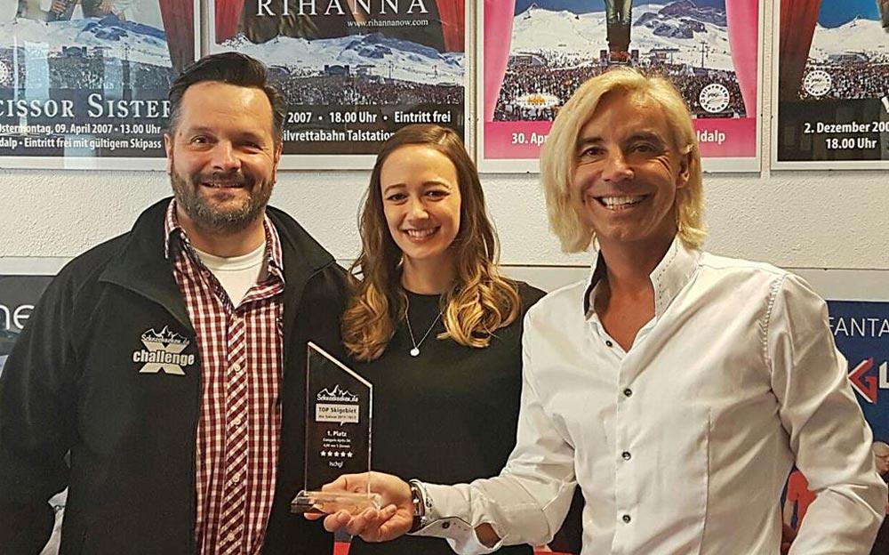 Andreas Steibl (re.) und Isabell Sonderegger von Ischgl freuen sich über die Auszeichnung der Kategorie Après-Ski
