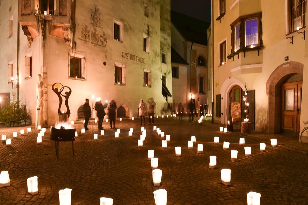 Sternen, Kerzen, Fackeln und offenes Feuer erhellen den Rattenberger Advent